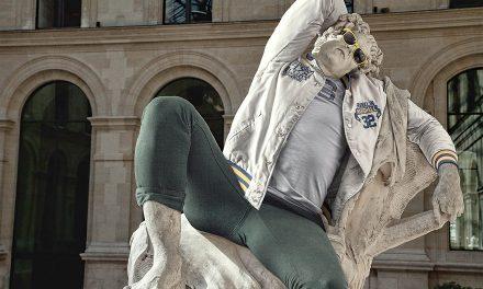 Klasické sochy v moderním oblečení
