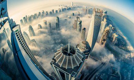 Dubaj v mlze a oblacích