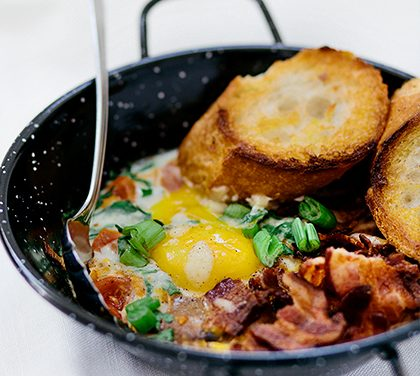 Vejce zapečené s rajčaty a slaninou – Ráno nebo večer rychle a chutně!