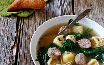 Letní rychlá polévka se špenátem a tortellini – Plná chuť, kterou si zamilujete!