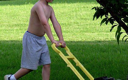 Jak sekat zahradu, když je dítě v dosahu?