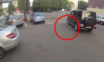 Odvážná motorkářka vzala osud znečišťovatelů do vlastních rukou!