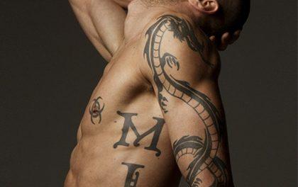 Chcete se nechat tetovat? Podívejte se, jak bolestivě to vypadá!