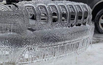 Ledový nárazník Jeepu se stal atrakcí parkoviště v Severní Karolíně