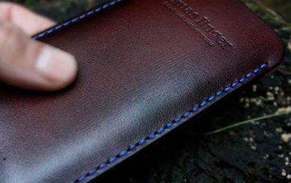 Tomáš Linger vám na zakázku ušije kožené pouzdro pro iPhone