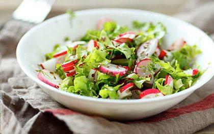 Stačí tři ingredience a lehký salát je hotový – Začněte si užívat jednoduchá a zdravá jídla