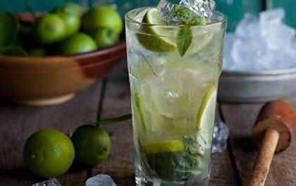 Rum nepijí jen piráti! Připravte si osvěžující letní drinky