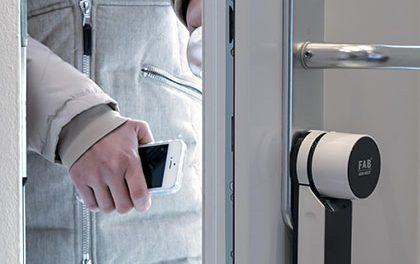Smartphone místo klíčů? Dveře si  odemknete přejetím prstu po displeji