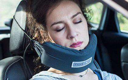 Slintá vám přítelkyně za jízdy do sedačky? Pořiďte jí držák hlavy pro pohodlné auto-spaní