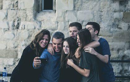 Fotografování selfie – Proč je to se selfie tyčí vždycky lepší?