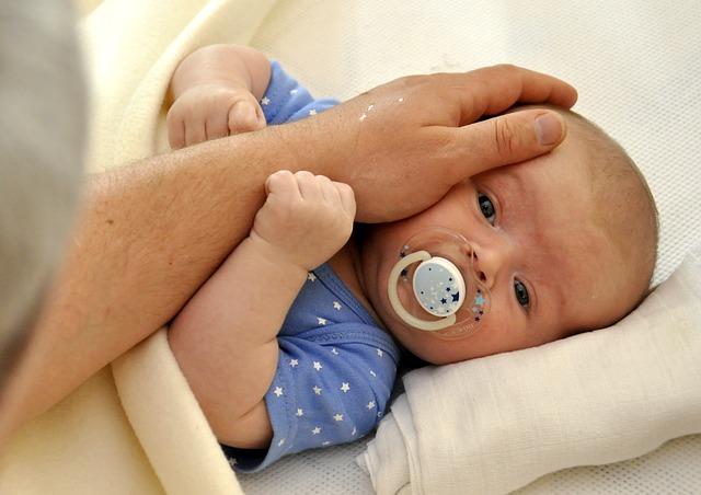 Tatínkové, víte, co dělat, aby vašeho maličkého potomka nebolelo bříško?