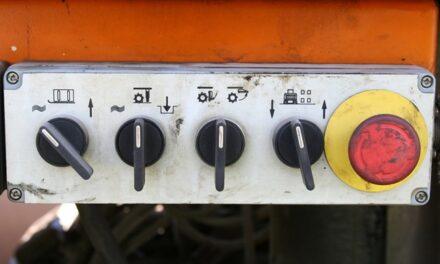 Tlačítko nouzového vypnutí a zastavení: Jaký je rozdíl?