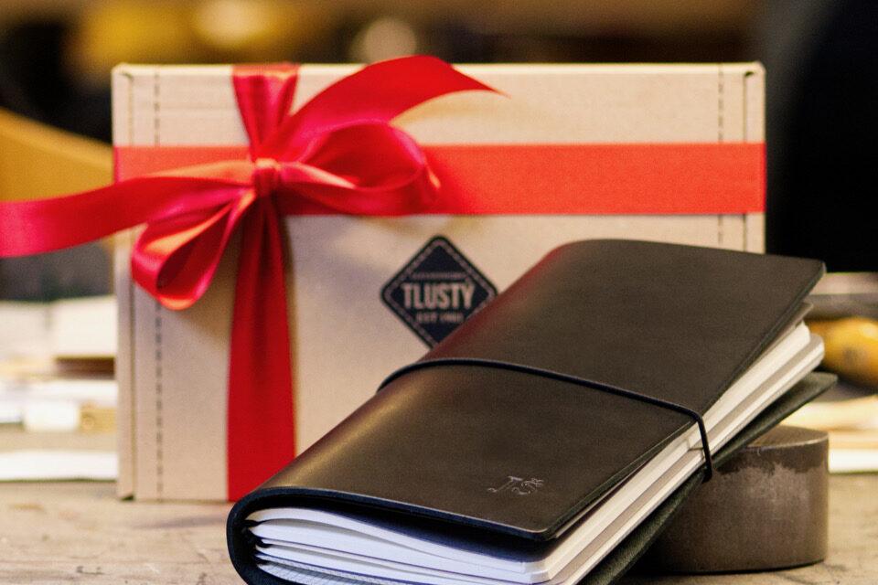 Brašnářství Tlustý představuje tip na vánoční dárek – Luxusní kožený zápisník na míru vašemu stylu